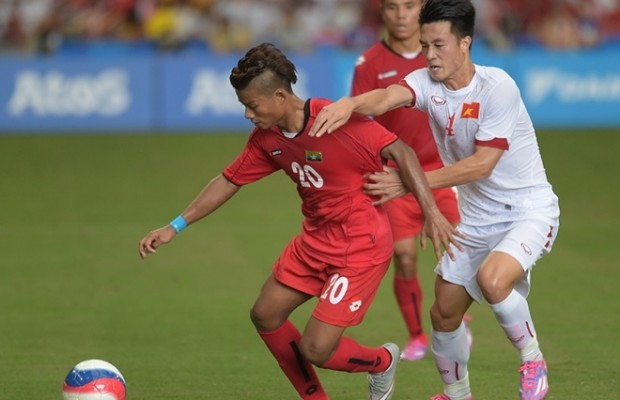 Myanmar's Shine Thura (left) holds off the challenge of Vietnam's Nguyen Huy Hung in their 2-1 semi-final victory on Saturday.